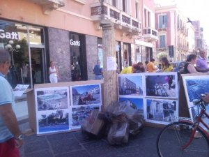 Mostra delle aree degradate della città in Piazza della Resistenza