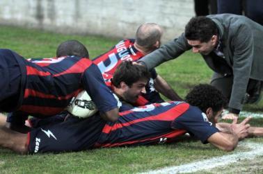 Il presidente Vrenna festeggia con i giocatori dopo una marcatura
